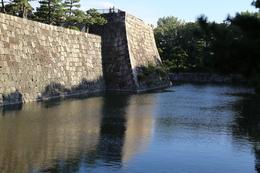 【二条城西橋から天守台を撮影】<p>二条城西橋を渡った地点から天守台を撮影。</p> <p>天守台上にいる人との対比で、天守台の大きさが分かると思う。</p>