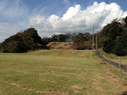 【興国寺城】二ノ丸から本丸にかけて。いい感じの雲ですな。<br><br>北から愛鷹山がせり出し、東海道を圧迫する地形に興国寺城はあります。当時は、城の東側に船着場があったそうです。