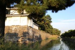 【二条城西南隅櫓と外堀南面】<p>二条城二の丸西南隅櫓は唐破風が付いている(東南隅櫓は千鳥破風)。</p> <p>ドン突きの石垣から手前が寛永期に拡張されたエリア。堀幅は約18m。</p>