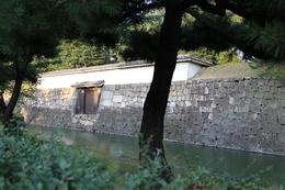 【二条城西門】<p>二条城西門は二の丸西側に入る城門。石垣の間に門があり、上部は多聞塀となっている埋門。かつては木橋がかかっていたそうだ。<br>内部は内枡形になっているが、現在、内部は見学できない。</p> <p>土塀と多聞塀の間には腐りにくいように、石垣が配置されている(写真の右側で塀と土塁が接触している所にある石垣のこと。この写真では分かりにくいが)。</p>