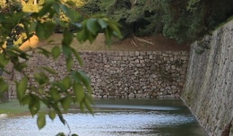 【二条城外堀北側の徳川家康時代の石垣】<p>二条城外堀北側の屈曲部にある徳川家康時代(元和期)の石垣。分かりにくいが、右側は徳川家光時代(寛永期)の石垣。</p> <p>家康時代の石垣は家光時代の石垣よりも不揃いなのが明快なので、それを撮りたかったが、残念ながら、いい撮影ポイントを見つけられなかった。</p>