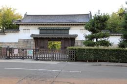 【二条城北大手門】<p>二条城北大手門は東大手門と同形式だが、規模は少し小さい。</p>