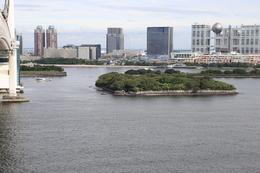 【品川沖の第六台場・第三台場の遠景】<p>レインボーブリッジのサウスロード西側から第六台場(中央の島)と第三台場(左奥の島)を撮影。白いのが石垣。</p> <p>第六台場は立ち入り禁止で、植物が茂っている。第三台場は台場公園として整備されている。かつて品川台場は7基あったが、現在はこの2つのみ現存する。</p> <p>台場の設計は江川太郎左衛門英龍が、大砲は高島秋帆が担った。</p>