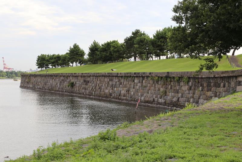 【第三台場の南東石垣】<p>第三台場の南東石垣を撮影。</p> <p><span><span>切込み接ぎの布積み石垣が整然と並んでいる。ペリー来航の圧力で急遽作ったのしてはあまりに整然としている印象。</span></span></p>