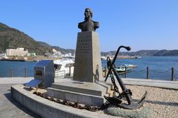 【ペリー艦隊来航記念碑】<p>下田公園(下田城)前にあるペリー艦隊来航記念碑。<br>錨はアメリカ海軍から寄贈されたものらしい。</p> <p>ペリーがあれほど強圧的な姿勢で日本に鎖国を迫らなかったら、幕藩体制はもっと長く続いたかもしれない。それを考えれば、彼が放った外圧は日本の歴史にプラスになった可能性も考えられる。</p>