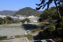【下田城の東側の平場】<p>下田城の東側にある平場。<br>下田城は尾根上に広がっているため、平場は多くないが、東側のこの平場はかなり広い。</p>