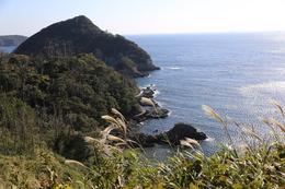 <p>下田城の志太ケ浦展望台からの眺め。<br>すごく風が強かった。</p> <p>ここらを豊臣秀吉の水軍やペリー艦隊がやってきたはず。</p>