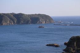 <p>下田城のお茶ケ崎から下田港の入り口を撮影。<br>中央の船がペリー艦隊の旗艦、サスケハナ号を模した観光船。しきりに港内を行き来していた。乗ってみたかったが、時間がなくて乗れなかった。</p> <p>まさにこんな感じでサスケハナ号は下田に入港したのかもしれない。</p>