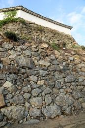 【姫路城上山里曲輪下段の石垣】<p>羽柴秀吉時代(1580-81)に築かれたという姫路城上山里曲輪下段の石垣。</p> <p>姫路城は、羽柴秀吉→池田氏→本多氏を経て、完成した。<br>ここの石垣は自然石を使う野面積みで積まれている。</p> <p>秀吉はこの辺りの事情に精通している黒田官兵衛に普請を命じたことから、この石垣は官兵衛による可能性があるという。<br>官兵衛普請の石垣の詳細は、姫路市の資料(PDF)でどうぞ。結構広いのが分かる。 http://www.city.himeji.lg.jp/var/rev0/0062/3735/2013829103559.pdf</p>
