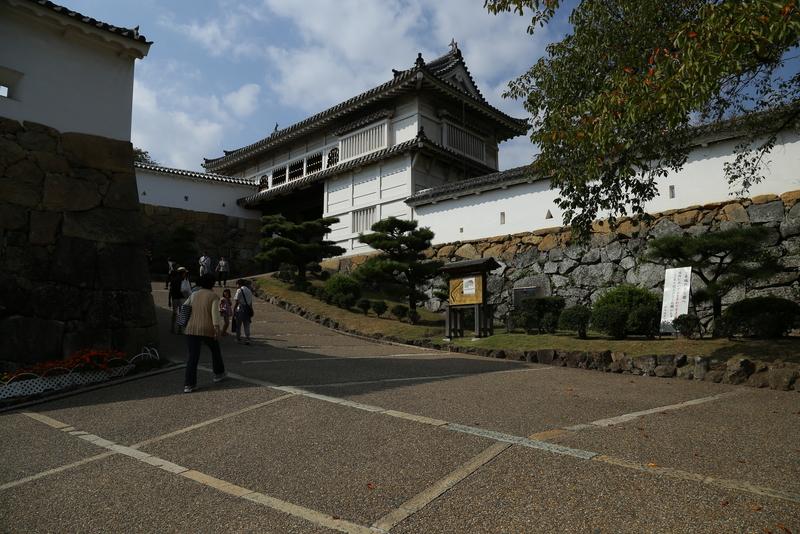 【姫路城の菱の門】<p>姫路城の二の丸大手門、菱の門。</p> <p>早速、多くの狭間が迎えてくれる。</p>