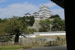 <p>姫路城の菱の門から大天守を撮影。</p> <p>サクッと大天守まで行けそうだが、もちろん、多くの障害を越えないと天守には行けない。</p>