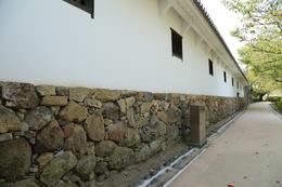 <p>姫路城西の丸の百間廊下。</p> <p>平時は、小部屋に女中たちが住んでいたという。戦時には多聞櫓として機能すべく、石落し、狭間などが配置されている。</p>