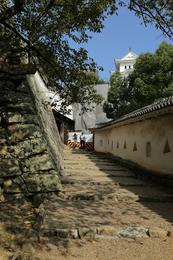 <p>姫路城西の丸から東に進み、はの門前の石段。<br>敵軍が歩きにくいように、高さと長さが変えてある。</p> <p>2003年NHK大河『武蔵』で、姫路城に幽閉された武蔵が逃げたシーンに使われたらしい。あと、黒澤明監督の映画『影武者』の武田信玄狙撃のシーンでも使われた。</p>