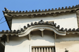 <p>姫路城西北腰曲輪にの門の櫓にある十字紋鬼瓦。写真真ん中の十字の瓦に注目。<br>珍しい意匠。</p>