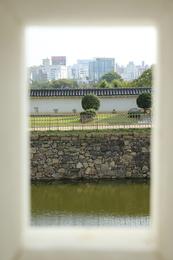 <p>姫路城二の丸いの門東側の狭間から南側(菱の門方面)を覗いてみた。<br>正面から撮っているので、10m程度の視野だが、銃口を出して左右に振ると、もう10m程度は見えるかな。</p>