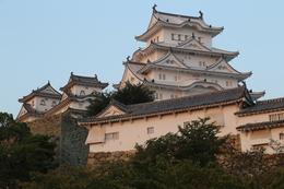 【日没の姫路城ーその3ー】日没の陽光を受け、ほのかに朱差す姫路城大天守。