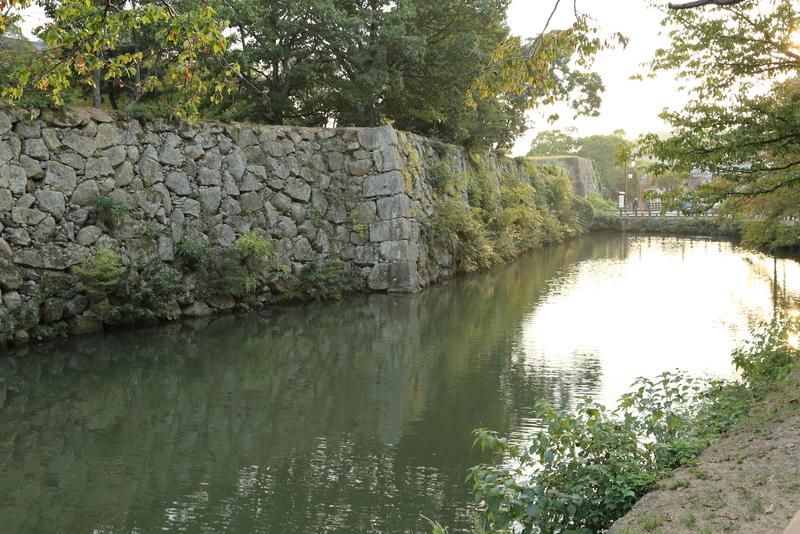 【姫路城内濠北側から石垣を撮影】姫路城内濠北側はわりと石垣に草木が生えていました。 まあ、これはこれで風情がありますが。  右奥の門が北勢隠門跡。