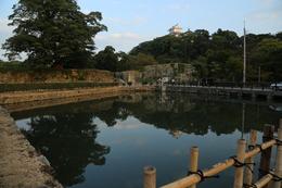 【姫路城清水橋方面から天守を撮影】姫路城清水橋方面から天守を見上げると、北勢隠門跡がみえる。 その奥が曲輪、水濠、断崖+鬱蒼とした森。  南から見る姫路城とはまた違った印象でした。