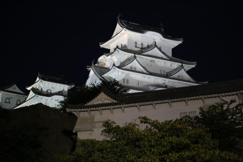 【ライトアップ姫路城大天守】ライトアップされた姫路城大天守(中央)、西小天守(左)。