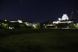 【ライトアップ姫路城大天守・西の丸】ライトアップの姫路城大天守(右)と西の丸(左)を三の丸から撮影。