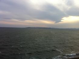 【富津から浦賀方面を撮影】東京湾の富津(千葉)から浦賀(神奈川)方面を撮影。  幕末のペリー来航時、富津岬から見たら、ペリー艦隊が小さく見えたかもしれない。 横浜が開港した後は、外国商船が眼前を行き交っていただろう。