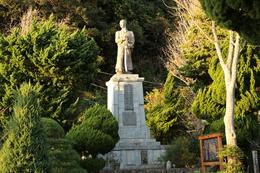 【下田の吉田松陰像。】1854年、ペリーは日米和親条約締結のため、下田に来航した。  吉田松陰は金子重輔とともに小舟でペリー艦隊に近づき、許可を得て乗り込んだ。彼らは外国へ密航しようと企てたが、望みはかなわず、陸へ送り返された。