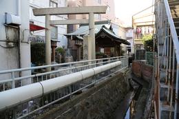 【大垣城東口大手門跡】現在の廣嶺神社に大垣城東口大手門があった。  ご覧のとおり、右側がちょっとした溝になっていて、これがかつての水濠とのこと。  現在、大垣城周辺を歩いても、かつての水の城というイメージは湧かないが、所々、水路が通っていたり、湧き水が出ていたりして、名残は感じられた。