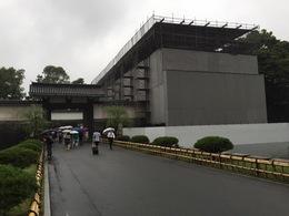 江戸城(皇居東御苑)の大手門の渡櫓門が改修中でした。 今年(2015年)9月までのようですね。  http://www.kunaicho.go.jp/info/fushimiyagura.html