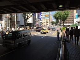 かつての宮益橋があった付近(渋谷)。 右奥が宮益坂で写真後方が道玄坂。  渋谷は名前の通り、元々、谷で渋谷川が写真中央あたり(山手線の高架が切れた付近)を流れていた。