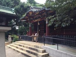 【渋谷城跡】写真は金王八幡宮社殿。  金王八幡宮には平安時代から渋谷氏の城(渋谷城)があったとのこと。 金王八幡宮の東側には鎌倉街道が、北には大山道(青山通り)が通り、西側は渋谷川が流れていた。