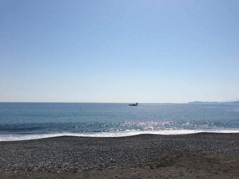 小田原城南側の浜。漁船一隻しか写っていないが、小田原戦役の時には豊臣水軍の船が所狭しと浮かんでいただろう。写真右手は伊豆。