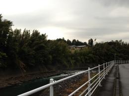 【長久保城】黄瀬川の対岸より。在りし日の長久保城は黄瀬川に面していたという。