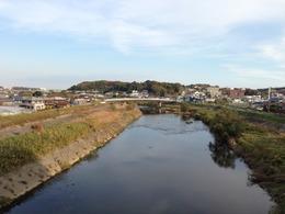 【小机城】12号の橋の上からの遠景。下は鶴見川。近づいてきた。
