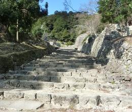 【安土城】急峻な階段。左右が有力家臣の屋敷になっている。安土城は信長の性格を反映しているなどと言われるが、確かにそうかもしれないと思った。