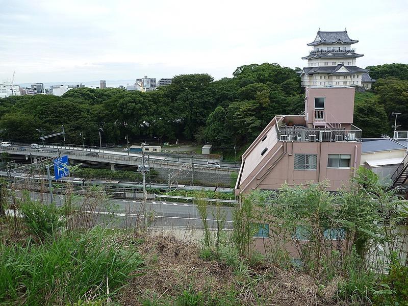 小田原城の八幡山古郭から見た天守。天守のある本丸と八幡山古郭の間を東海道本線や道路が通っている。