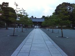 大徳寺の総門。<br><br>大徳寺は臨済宗大徳寺派の大本山で、京都の紫野にある。<br>大徳寺に在籍した僧として、一休宗純や沢庵が有名。また、大仙院庭園は、東山文化を代表する枯山水の庭園として知られている。<br><br>北条早雲も、幕府に出仕していた時代に、大徳寺で住持の春浦宗熙に禅を学んでいた。早雲の法名、「宗瑞」は、大徳寺系のものだと言われている。なお、早雲の出家は、伊豆討ち入りのころと言われており、それ以降は、早雲庵宗瑞を名乗った(それ以前は、伊勢新九郎を名乗っていた)。