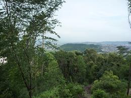 【山崎城】中腹の展望台から南東を遠望。中央の山が男山で、山頂に石清水八幡宮がある。さらに2kmほど南東に行くと、筒井順慶の逸話で有名な洞ヶ峠がある。写真の右側奥。