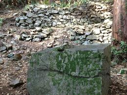 【八王子城】山王台の下にある石切り場。この辺りは連続的に石垣で固めている。