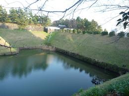 【江戸城】中央の門が半蔵門。左の水濠が半蔵濠。半蔵門は甲州街道の出発点。半蔵門の西側が麹町。