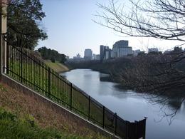 【江戸城】半蔵濠。突き当りの左手が半蔵門。写真左側の曲輪に吹上御所がある。江戸城は西から伸びる台地の終端にあるため、元々、西側の防備に問題があった。そのため、徳川幕府は大名たちを動員した天下普請によって、半蔵濠などを作り、西側の防備を高めた。