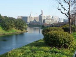 【江戸城】半蔵門近くから桜田濠を撮影。見事に折れている。この先に、桜田門外の変で有名な桜田門がある。
