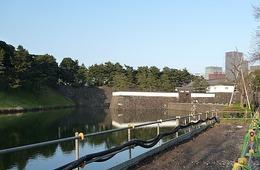 【江戸城】桜田門。手前の門が高麗門で、奥の分厚い門が渡櫓門。高麗門を突破しても、渡櫓門で前進を阻止され、水濠対岸の曲輪の高地から銃撃を受けるという構造になっている。