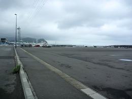 【石脇城】小川港から石脇城を遠望。一番右かその左の山が高草山で、その麓に石脇城がある。距離にして、2.5km程度。見えないが、石脇城の前に朝比奈川が流れている。<br>現在地は焼津港で、右側は駿河湾。