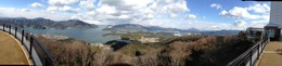 【田辺城】五老岳から舞鶴港を撮影。近代以来、舞鶴港は軍港として有名。現在、イージス艦も停泊している。この日もイージス護衛艦の「あたご」を見た。<br><br>NHKの『坂の上の雲』でも、舞鶴湾の釣り船の上という設定で、山本権兵衛が閑職にあった東郷平八郎に連合艦隊司令長官を依頼するシーンがあった。<br><br>関ヶ原の田辺城攻防戦の時も、西軍1万5千の補給のために、舞鶴港が使われたというのありそうな話。