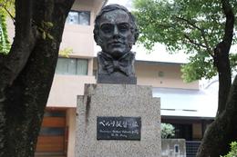 芝の増上寺の東にある「ペルリ提督の像」。<br><br>1853年、マシュー・ペリー提督(アメリカ東インド艦隊司令長官)は、黒船を率いて浦賀に来航し、米大統領フィルモアの国書の受け取りを迫った。幕府の外交は長崎で行うのが慣習だったが、幕府は、ペリーの圧力に屈して、国書を久里浜(神奈川県)で受け取った。<br>通常、このペリー来航をもって、幕末史がスタートする。<br><br>翌年、再度ペリーは来航し、幕府と日米和親条約を結び、日本を開国させた。<br><br>この像は、アメリカのロードアイランド州ニューポート市から贈られたそうだ。