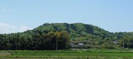 <p>【高見城】鎌倉街道上道から高見城を遠望。パッと見て、すぐに高見城(四津山城)だと気づいた。それぐらい、目立つ山。</p> <p>現在、四津山の山頂からは北と西は木々が繁り見えないので、南と東にしか視界が開けていないが、おそらく、当時は北と西も木を切っていただろうから、360度の視野で見えただろう。</p> <p>司馬遼太郎『箱根の坂』でも、北条早雲が扇谷上杉定正の援軍として参戦し、早雲が四津山城を騎馬で駆け上がる様を書いているが、そういう絵になる山城だと思う。</p>