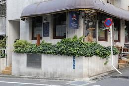 勝海舟は、幕末から維新直後まで(1859−68年)、赤坂のこの地に住んだ(海舟は赤坂で3度住居を変えている)。左手の植え込みに木製標柱が、その下に説明プレートがある。<br><br>150年頃前の幕末期には、坂本龍馬など幕府海軍系の門下生や幕府高官なども多数訪れたことだろう。<br><br>江戸城無血開城後に、官軍に海舟邸が包囲されたが、この時の住居もここだった。