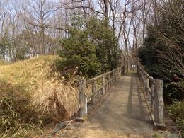 【菅谷館】西の郭と三の郭を結ぶ復元木橋。西の郭から三の郭を撮影。<br>      すると、すぐに正てん門がある。