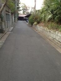 【石神井城】右上に駐車場があるが、土塁はそこで屈曲している。左に三宝寺の土塁、右に道場寺の土塁がある。マップと現在地を凝視することで見えてくる、隠れ土塁。これを発見する楽しさよ。
