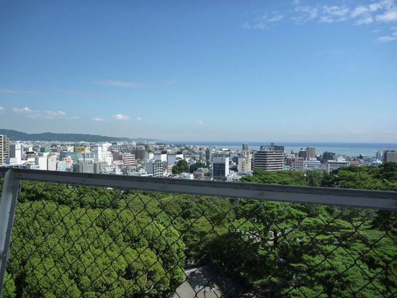 小田原城天守から鎌倉・三浦方面を撮影(東向き)。三浦半島も薄っすら見える。